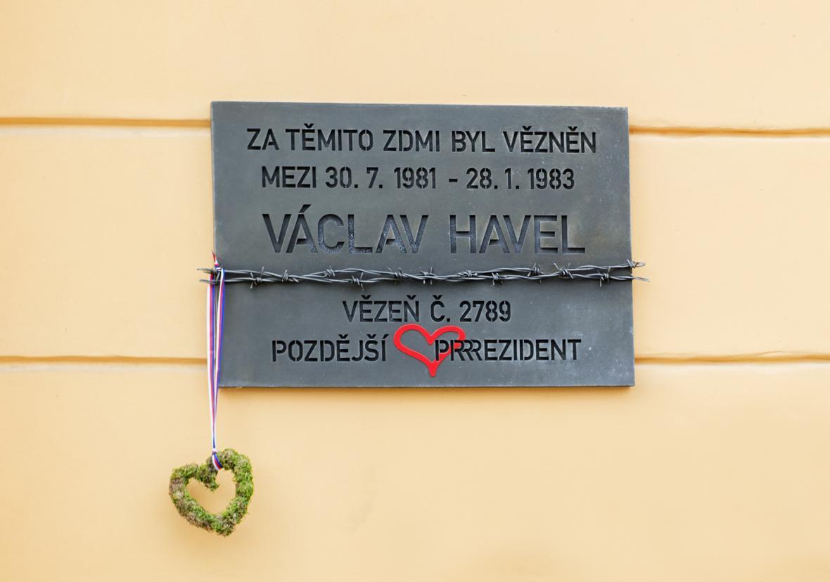 Pamětní deska na zdi věznice v Plzni na Borech