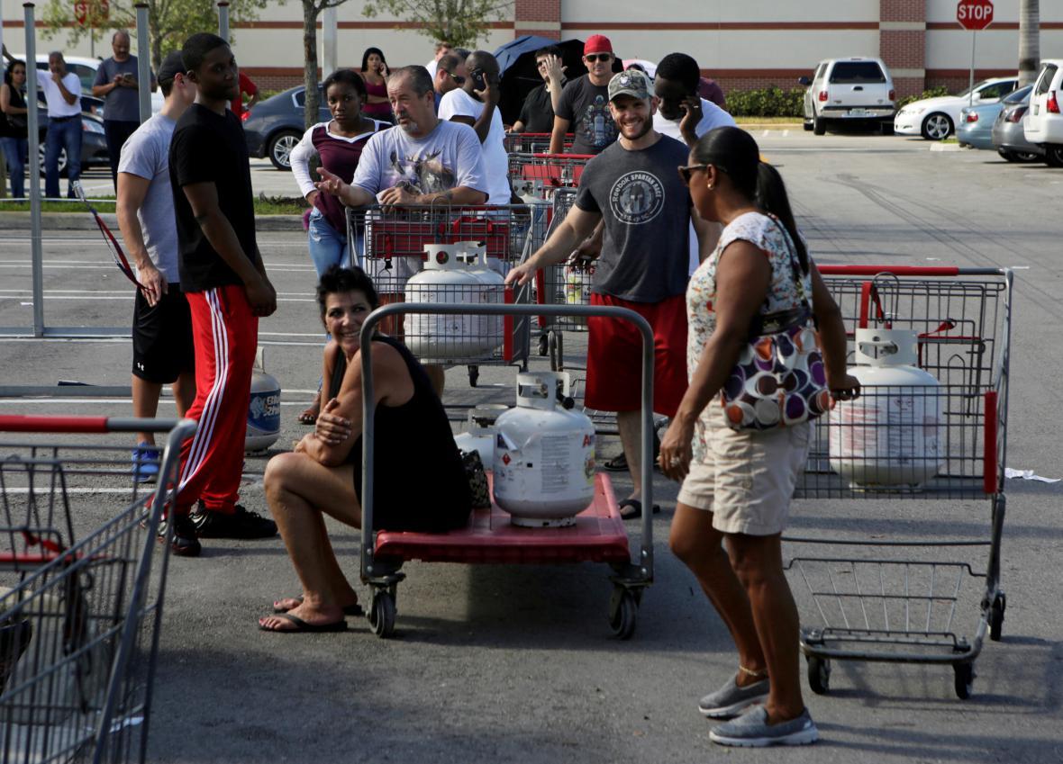Lidé stojící ve frontě na doplnění propanbutanových lahví