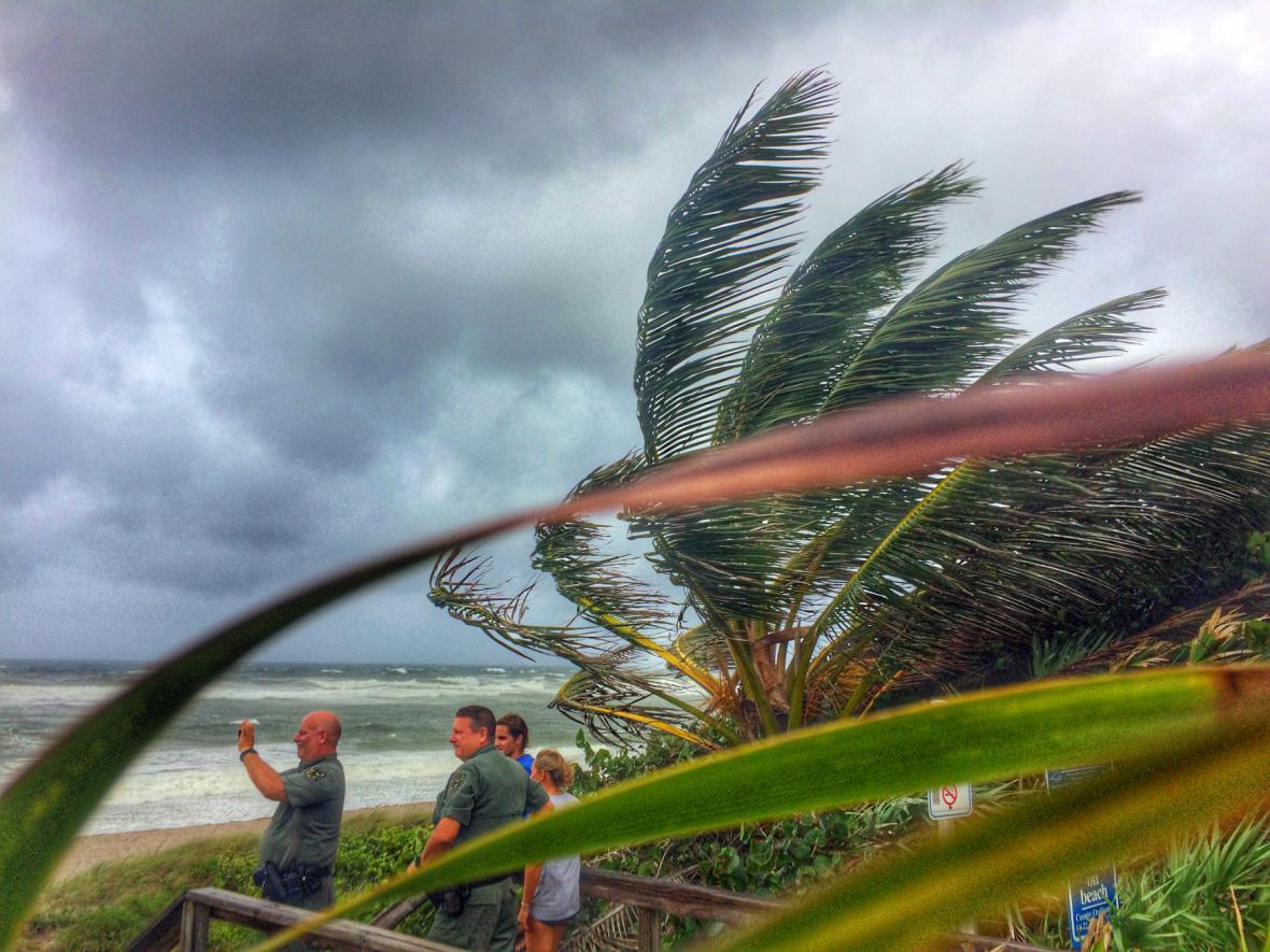 Lidé v Palm County na Floridě si fotí hurikán