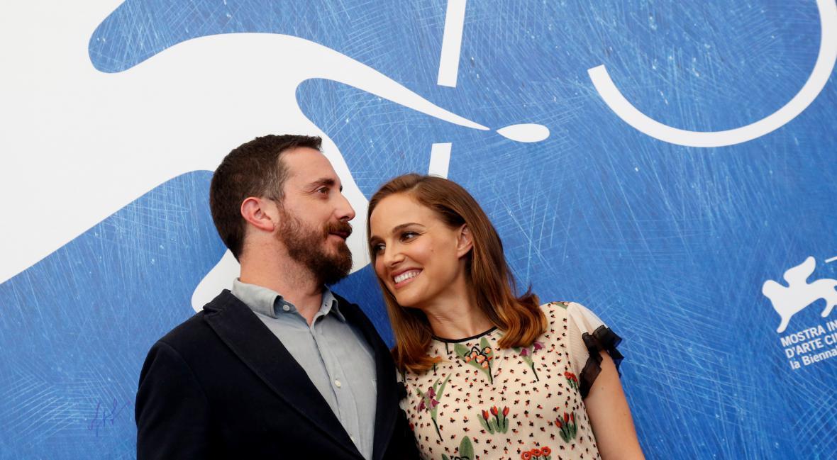 Pablo Larraín a Natalie Portmanová na festivalu v Benátkách