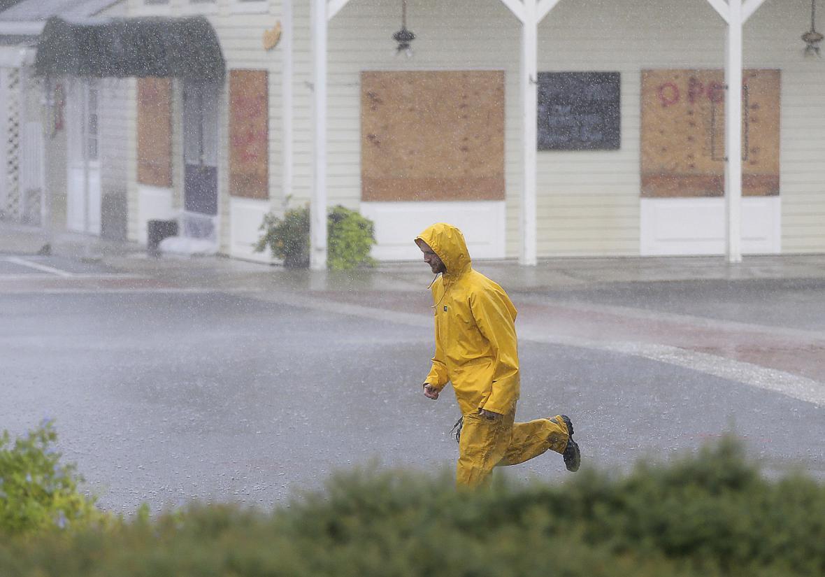 Lidé se prchají schovat před blížícím se hurikánem