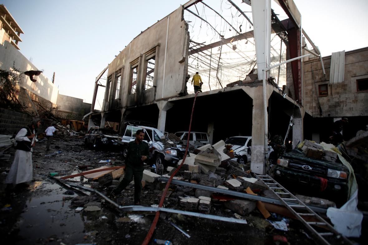 Zničená obřadní síň po zásahu raketou