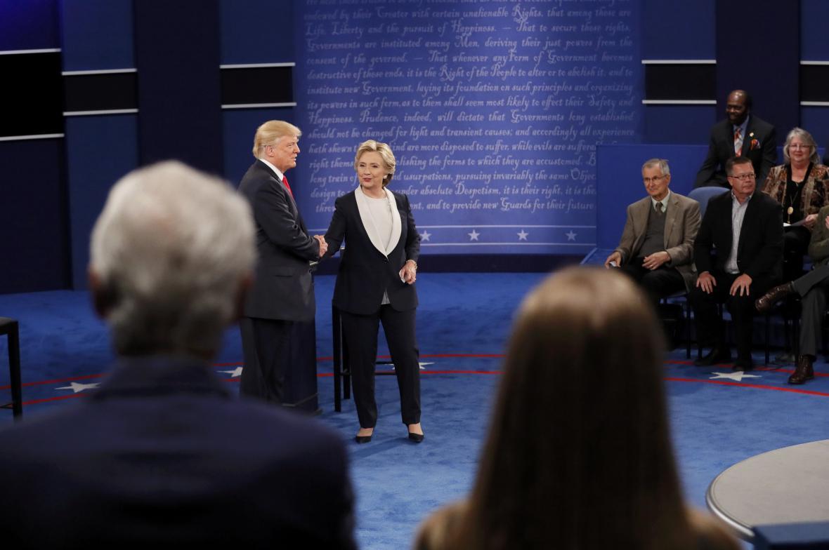 Trump s Clintonovou si nakonec potřásli rukama
