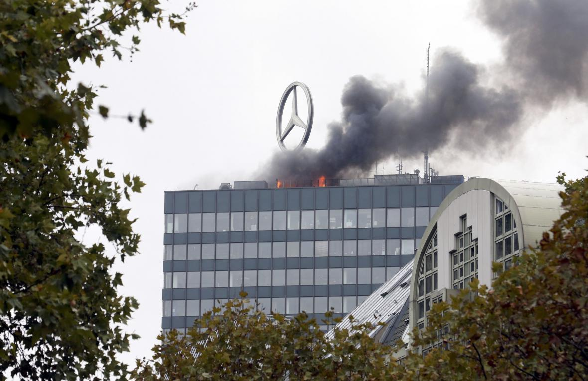 Požár na střeše berlínského mrakodrapu Europa-Center