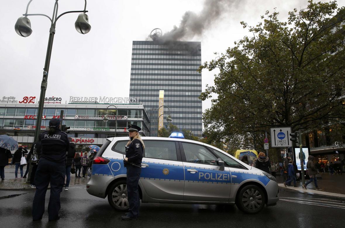 Mrakodrap Europa-Center v plamenech