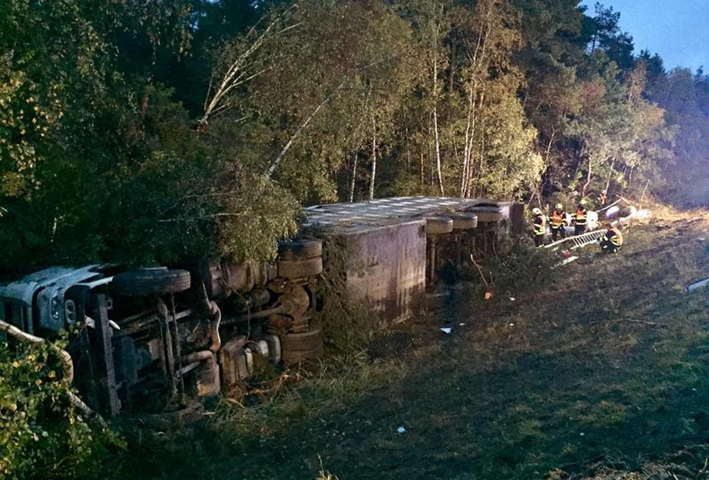 Na D1 za Brnem se převrátil kamion s prasaty