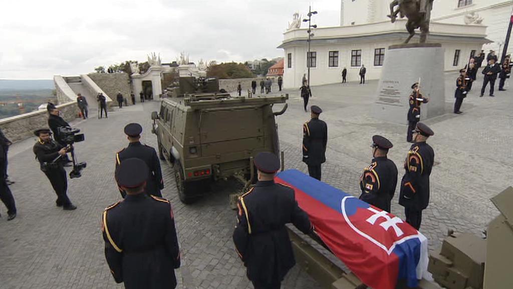 Rakev Michala Kováče opouští Bratislavský hrad