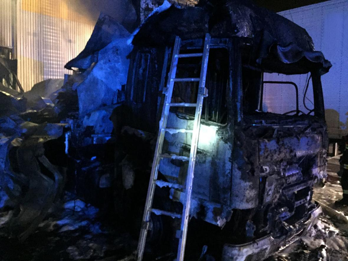 Ohořelý kamion v Modřicích u Brna