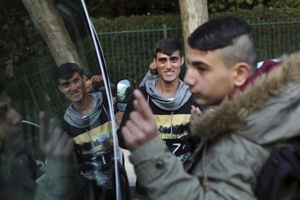 Skupina nezletilých uprchlíků z tábora v Calais odjíždí do Anglie
