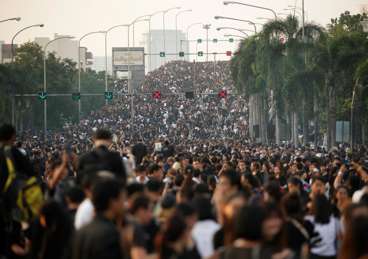 Tisíce Thajsců se přišly vyprovodit krále na poslední cestě do paláce