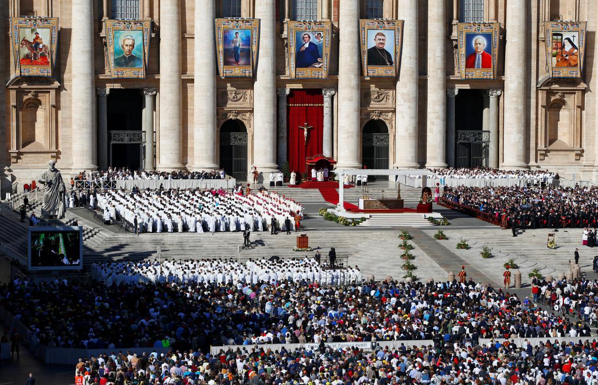 Baziliku svatého Petra ve Vatikáně ozdobily tapiserie svatých