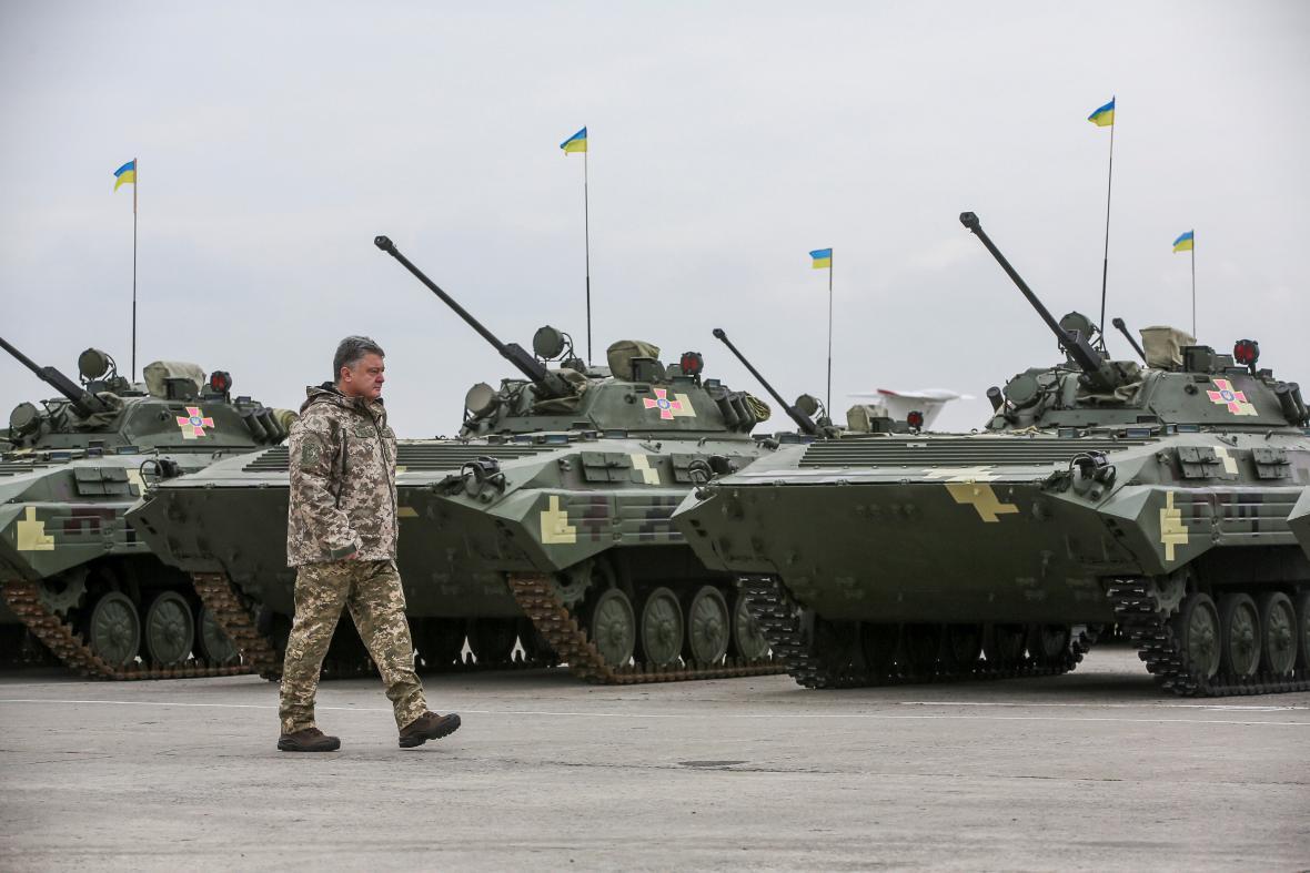 Petro Porošenko během vojenské ceremonie