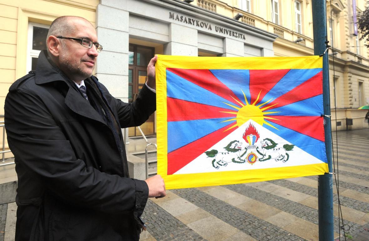 Rektor MU v Brně Mikuláš Bek vyvěšuje tibetskou vlajku