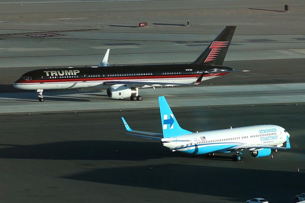 Stroje obou kandidátů na letišti v Las Vegas