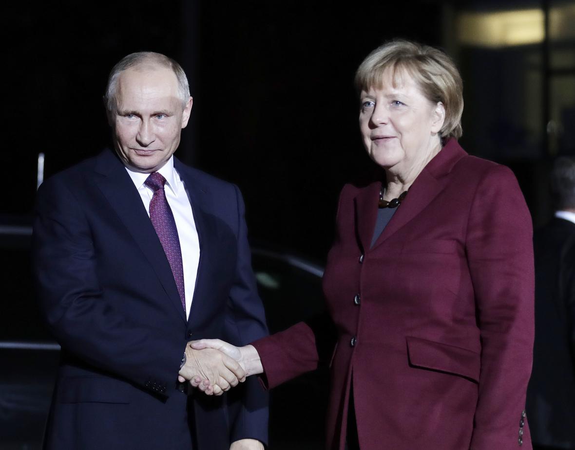 Vladimir Putin a Angela Merkelová před schůzkou v Berlíně