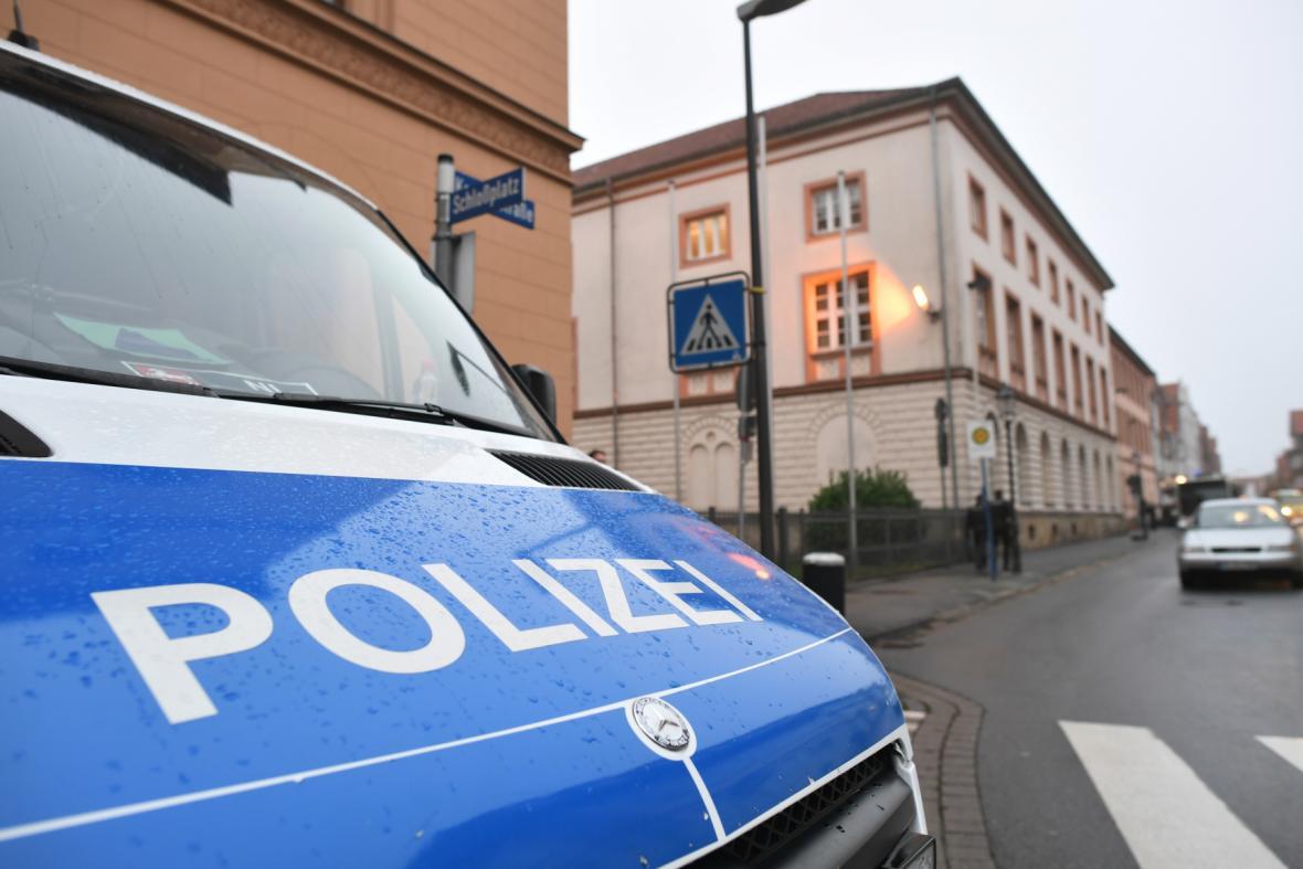 Německá policie u budovy soudu