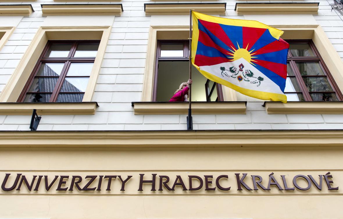 Tibetská vlajka na rektorátu Univerzity Hradec Králové