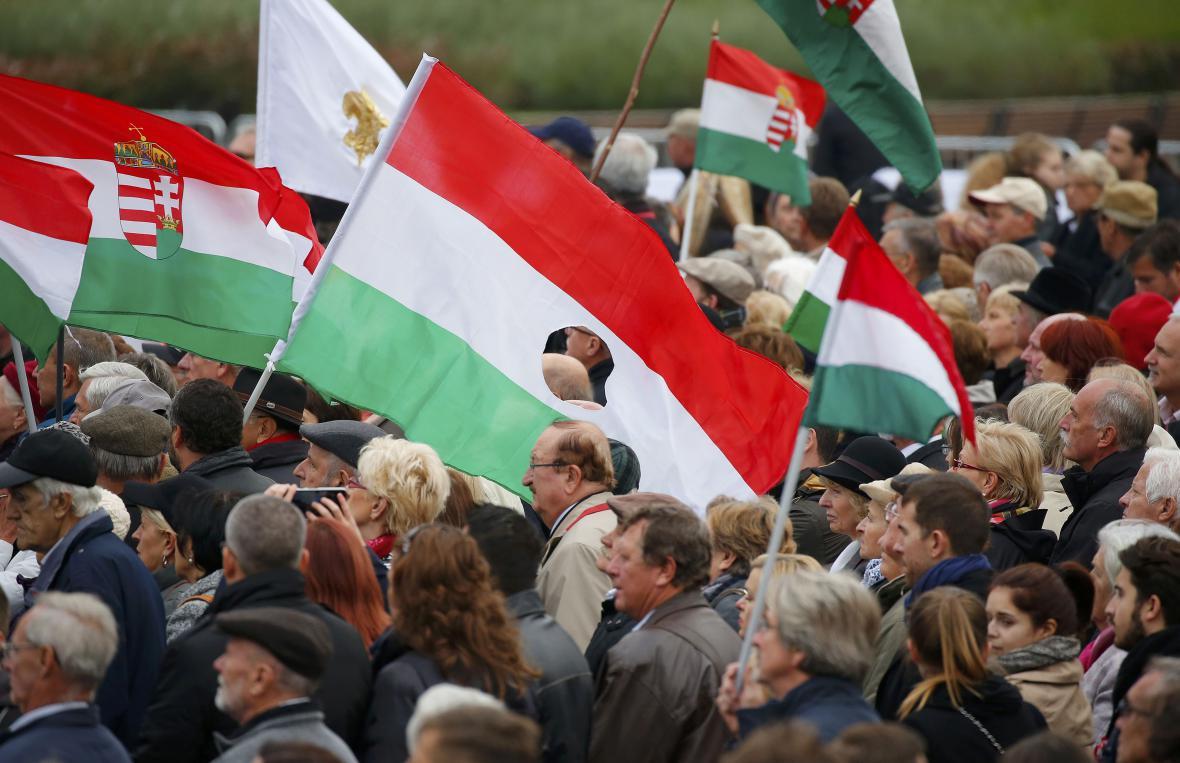 Maďaři v den 60. výročí povstání vyrazili do ulic s vlajkami