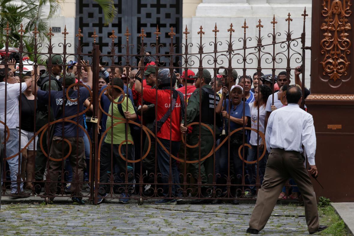 Příznivci prezidenta Madura dorazili do parlamentu během nedělní mimořádné schůze