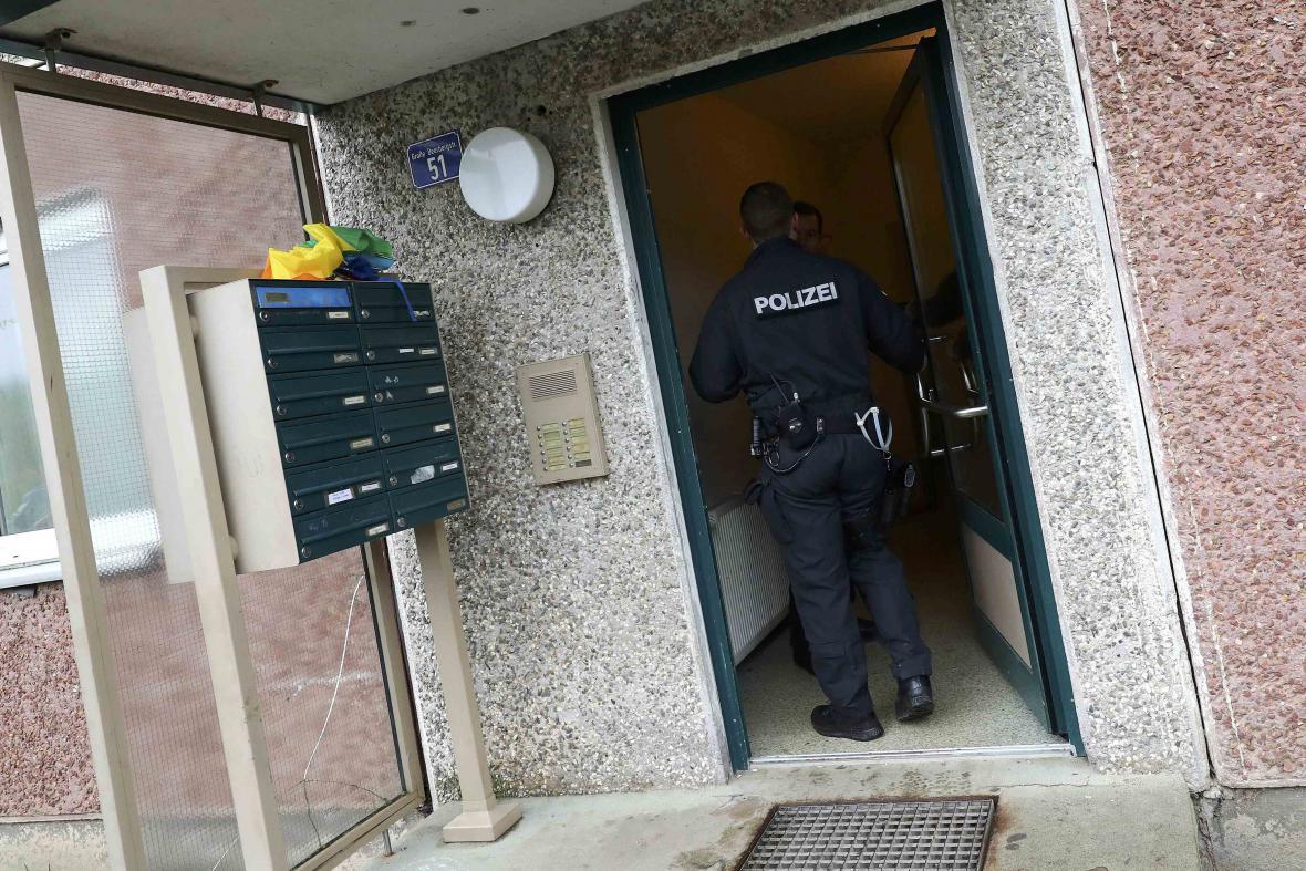 Německá policie při vstupu do budovy v Suhlu