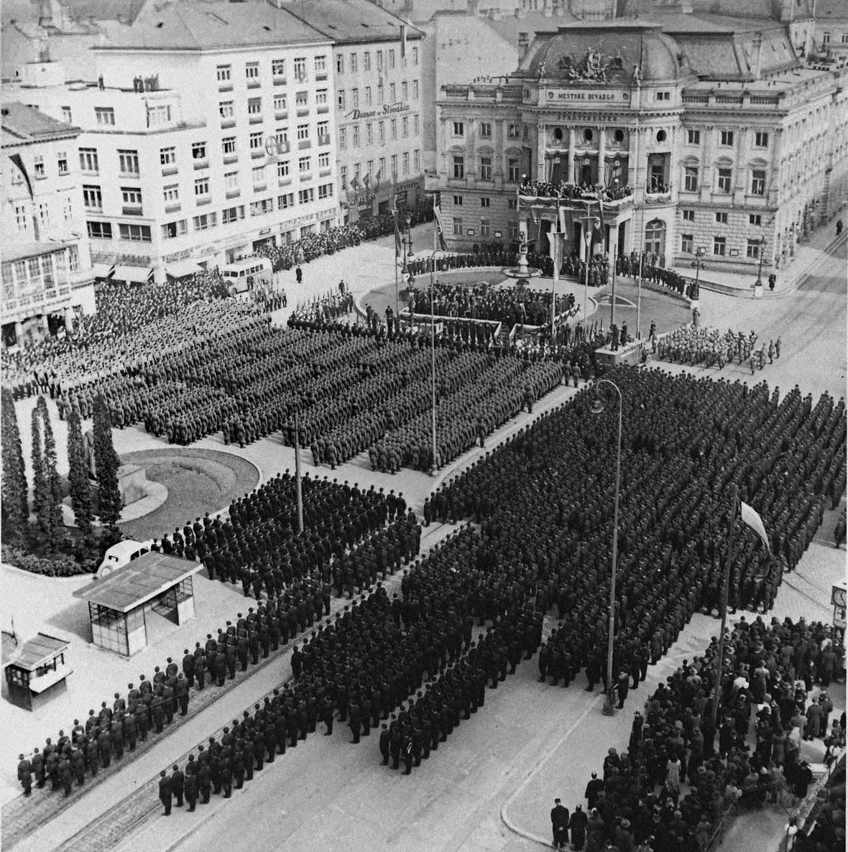 Ladislav Roller – Jozef Teslík / Hlinkova garda a slovenská armáda při oslavě státního svátku v Bratislavě, 14. 3. 1941