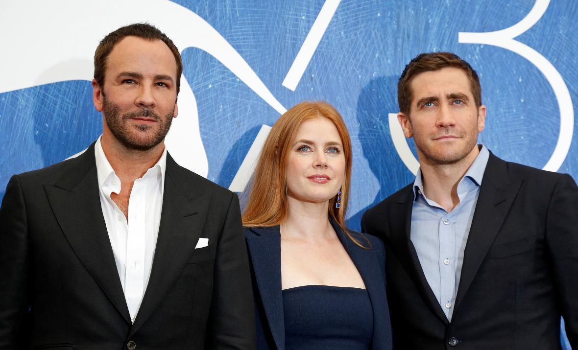 Režisér Tom Ford a herecká dvojice Amy Adamsová a Jake Gyllenhaal v Benátkách