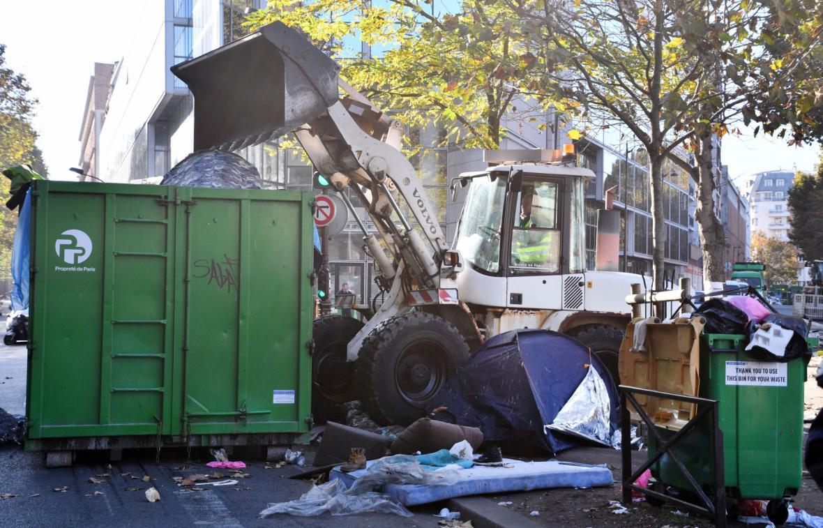Vyklízení provizorního uprchlického tábora v Paříži