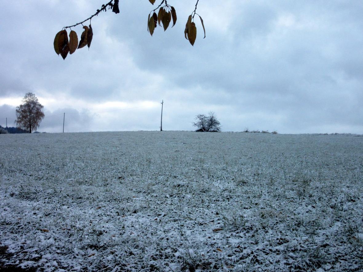Sněhový poprašek v Návsí na Frýdeckomístecku