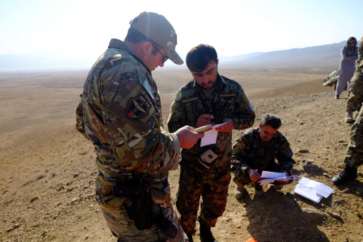 Americký poradce se členy afghánské armády