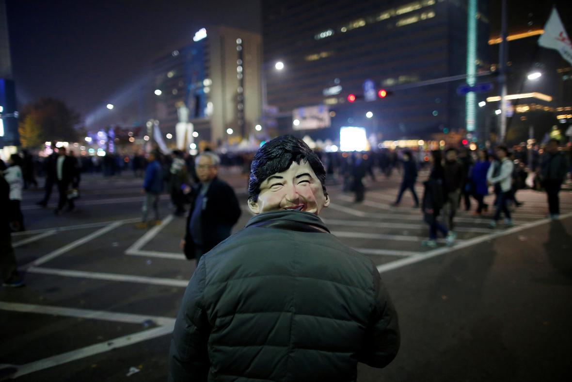 Muž s maskou prezidentky Pak Kun-hje