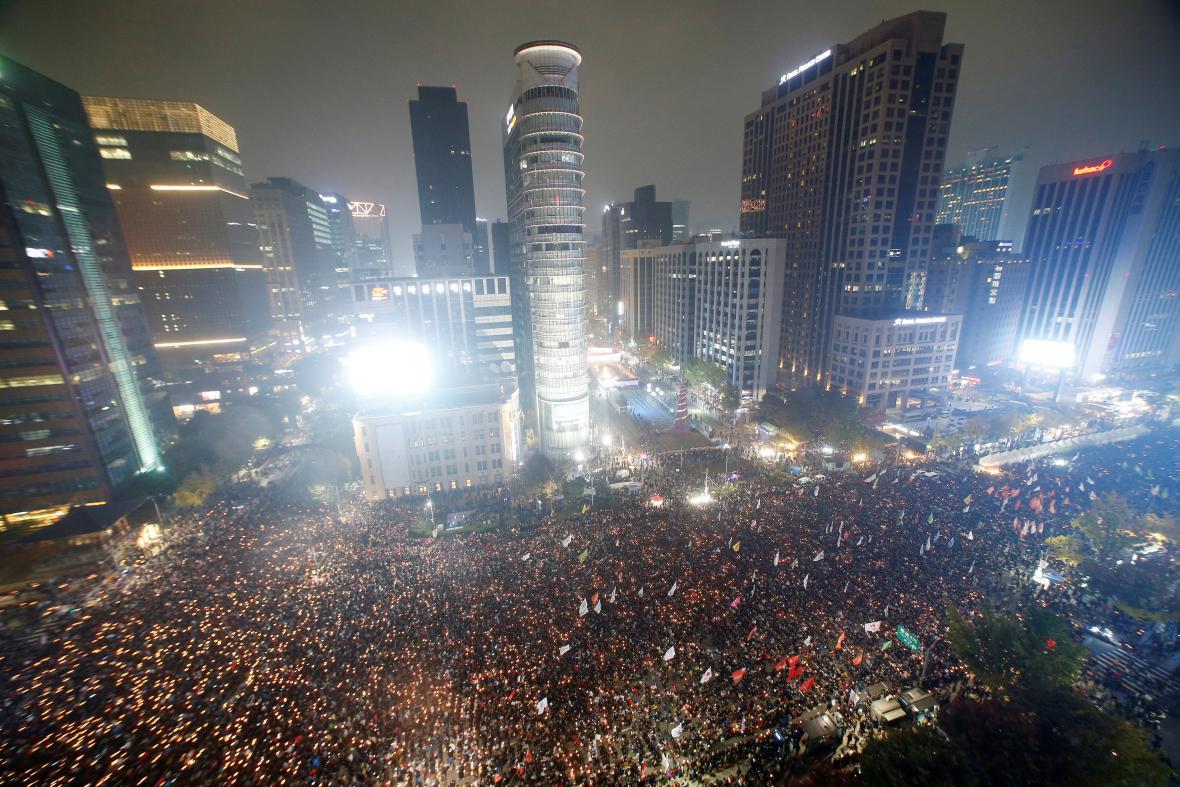 Desítky tisíc lidí vyšly do ulic Soulu