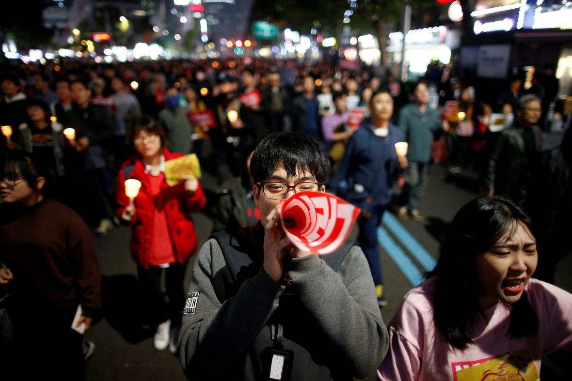 Desetitisíce Jihokorejců se zúčastnily pochodu za odstoupení prezidentky
