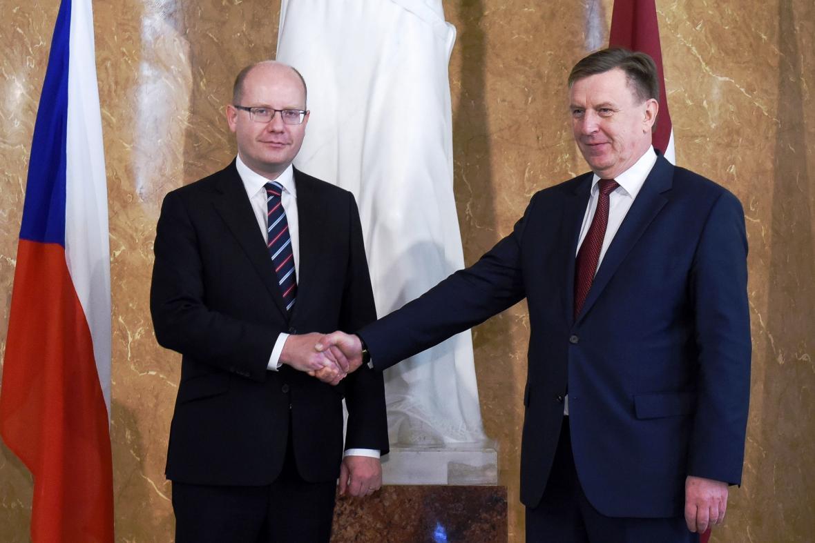 Premiér Bohuslav Sobotka se svým lotyšským protějškem Márisem Kučinskisem