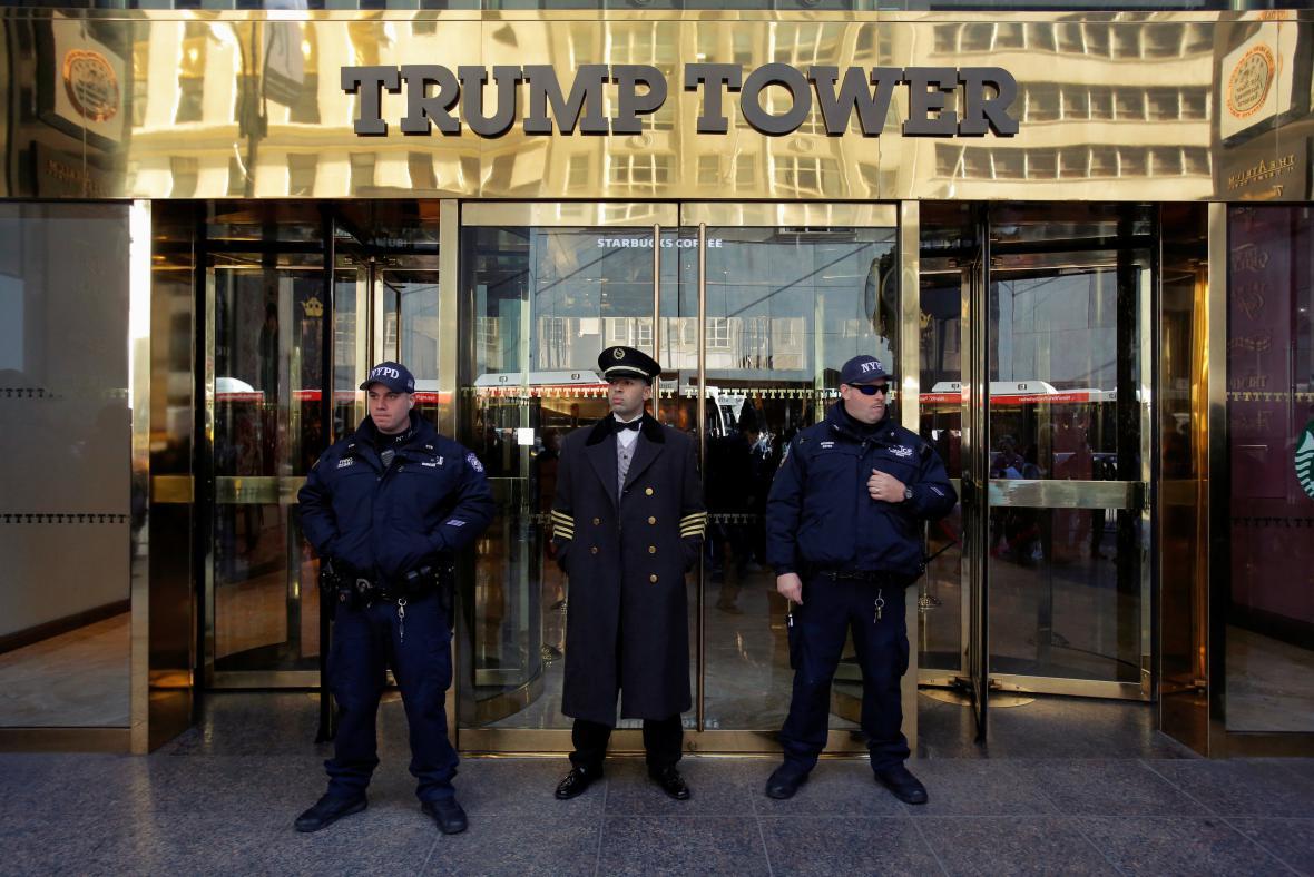 Členové protiteroristické jednotky a dveřník před Trump Tower v New Yorku