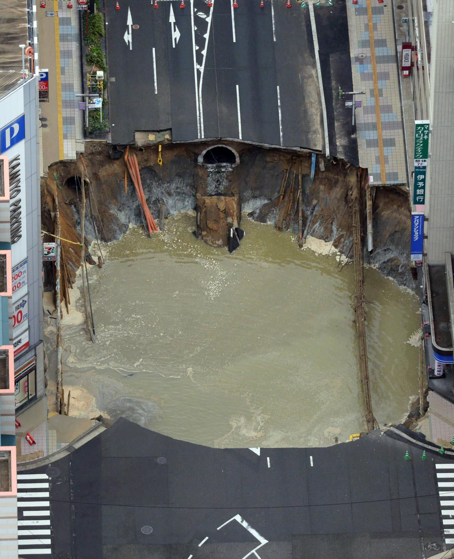 Kráter uprostřed rušné ulice ve Fukuoce
