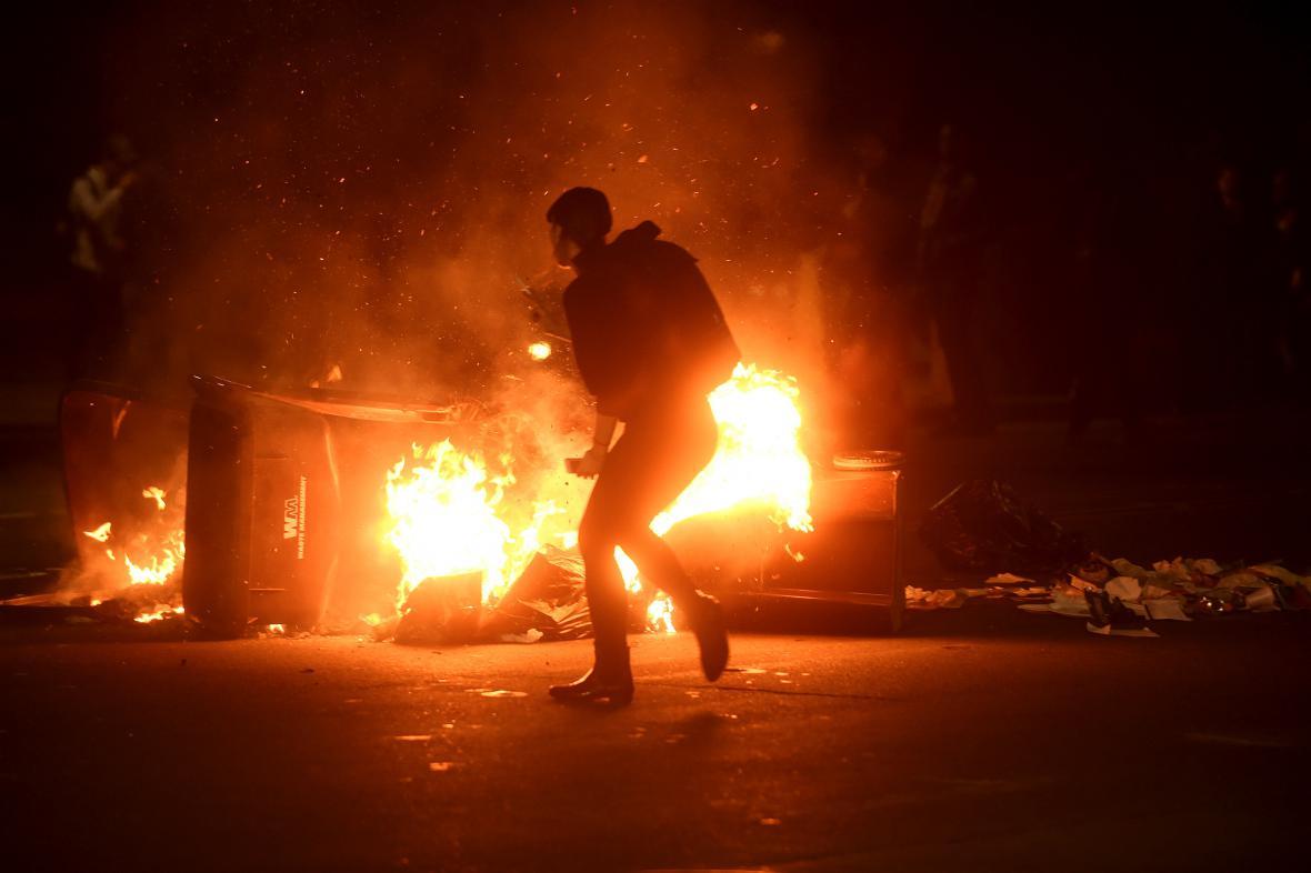 Demonstranti v Oaklandu zapalovali auta