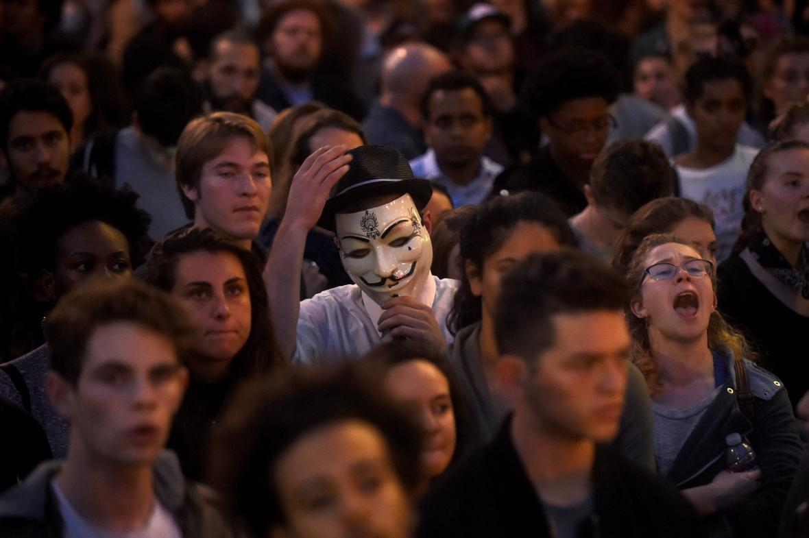 Někteří dorazili na protest v Oaklandu v masce