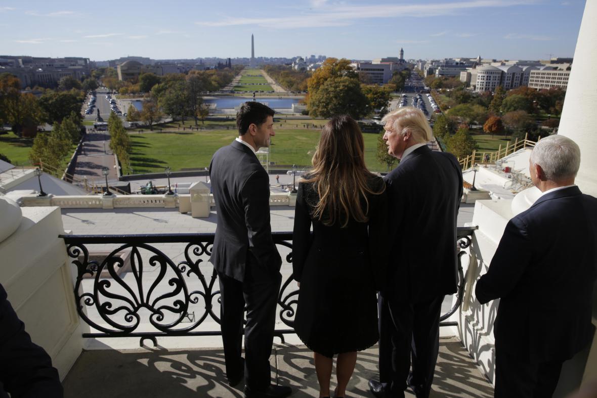 Paul Ryan s Donaldem Trumpem a jeho ženou na balkóně Kapitolu