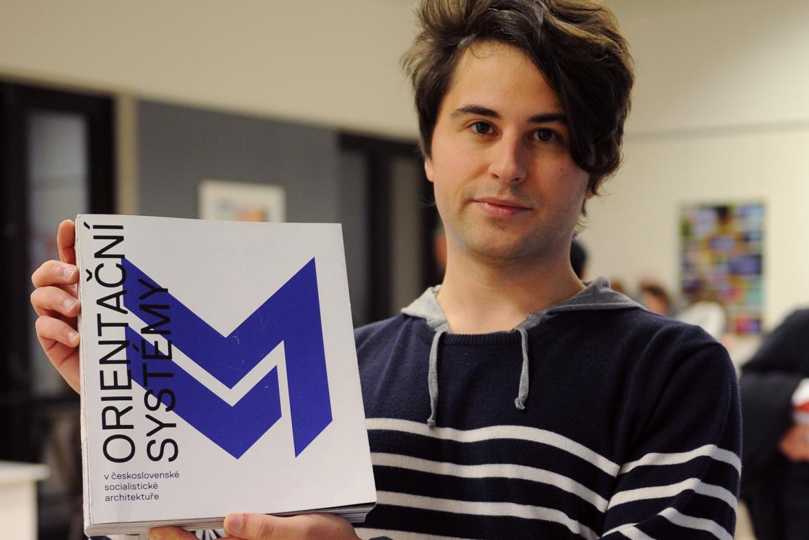 Pavel Coufalík s publikací, za níž získal Národní cenu za studentský design