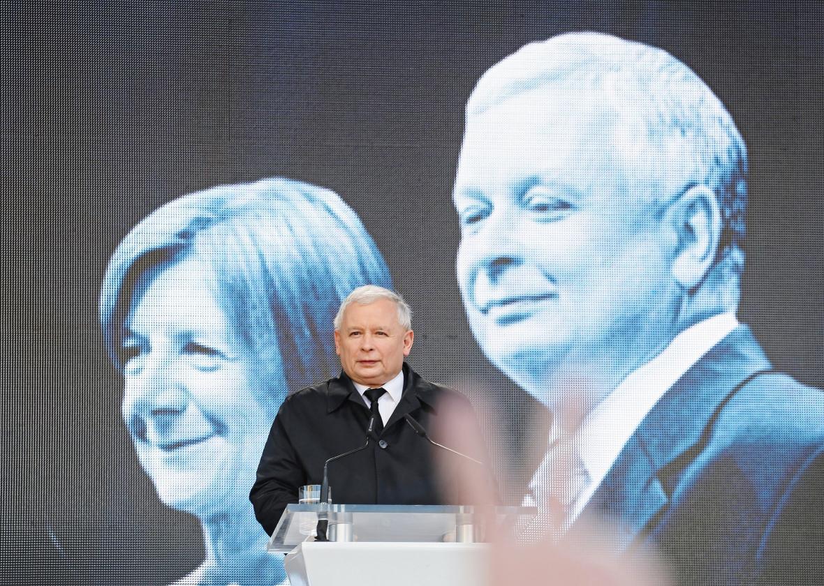 Jaroslav Kaczyńský před fotografií svého bratra a jeho manželky