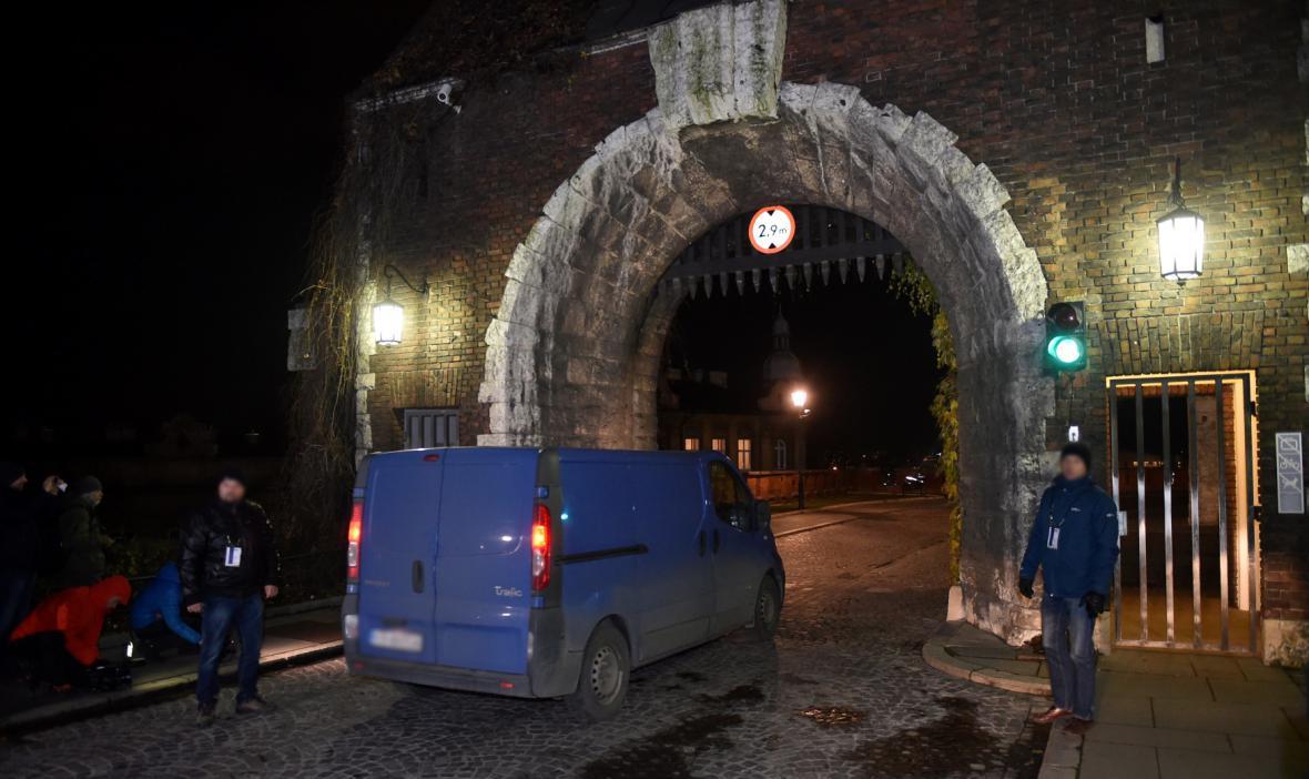 Dodávka s exhumačním týmem vjíždí do zámku Wawel v Krakově