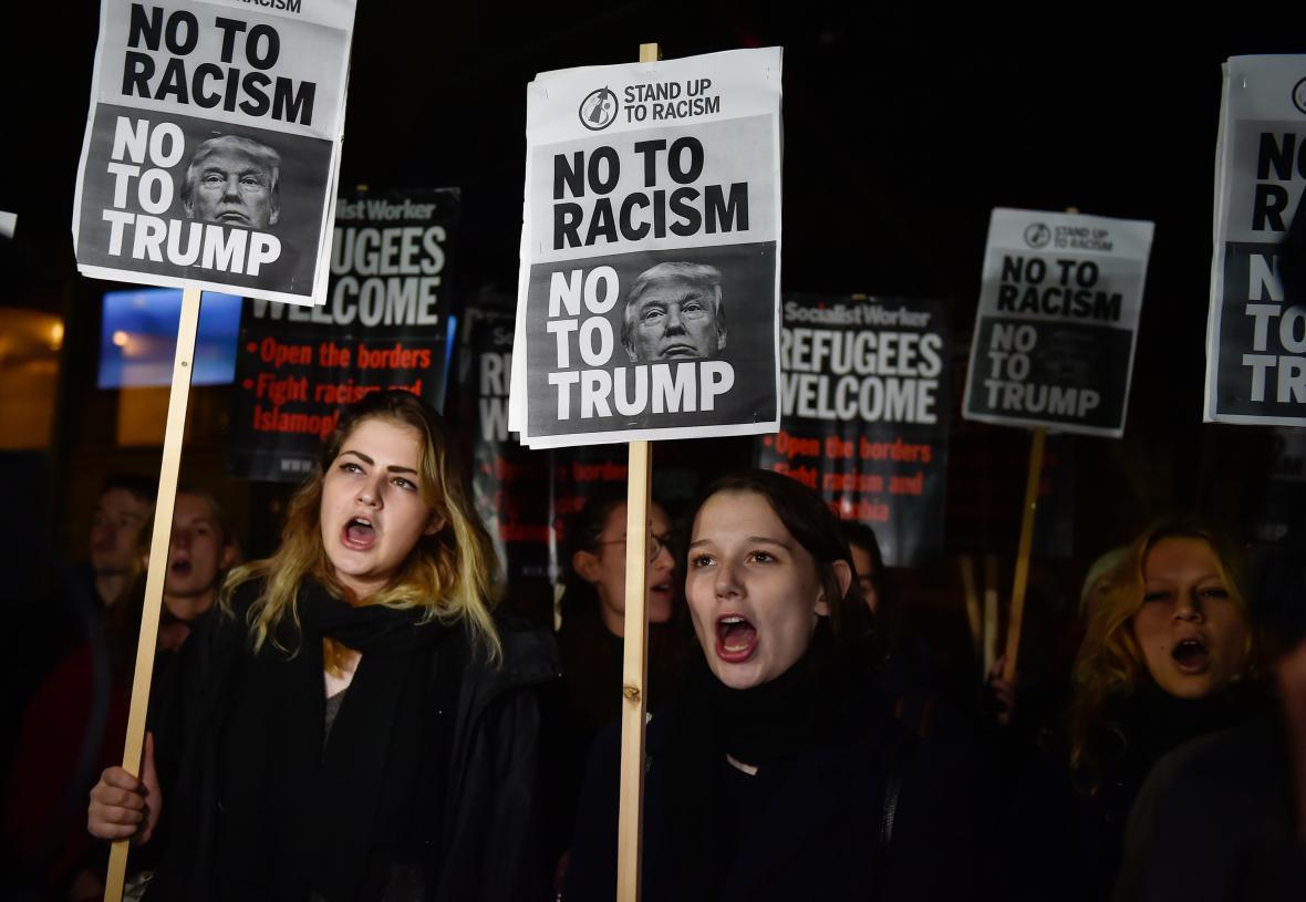 Protesty proti Trumpovi před ambasádou v Londýně