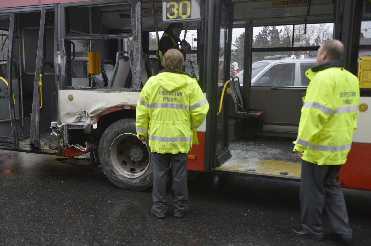 Srážka tramvaje a autobusu na křižovatce ulic Klatovská a Kaplířova v Plzni
