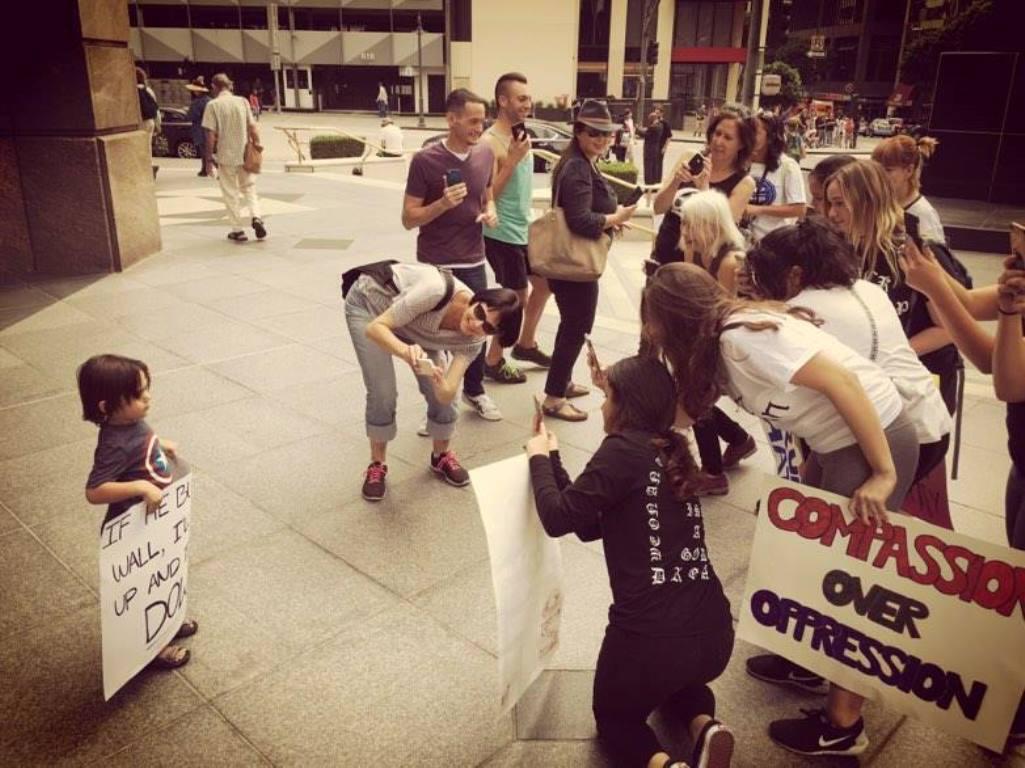 Tříletý Kaio na demonstraci proti zvolení Donalda Trumpa americkým prezidentem