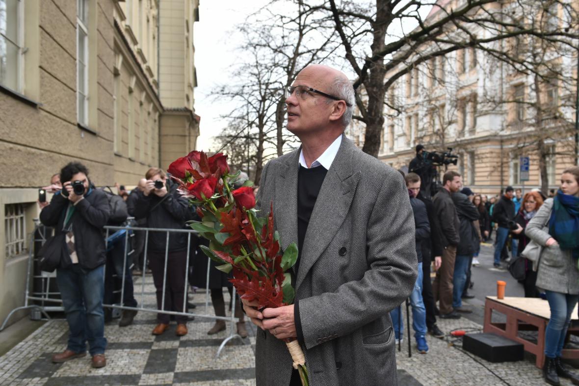 Michal Horáček u památníku na Albertově