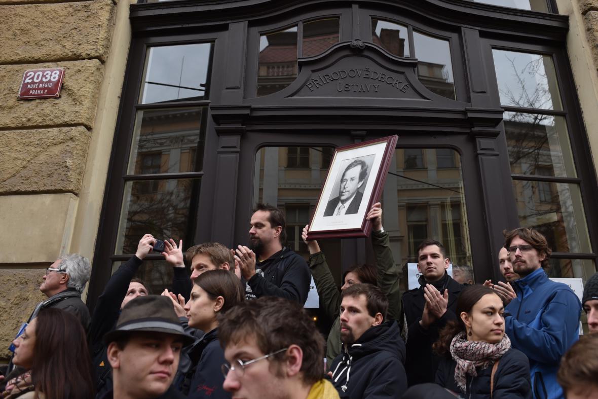 Lidé s portrétem Václava Havla na Albertově