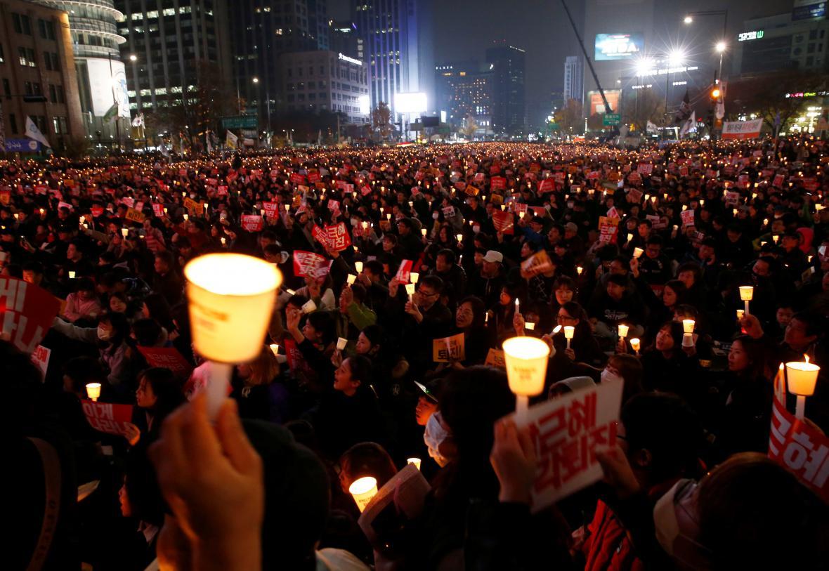 Lidé se zapálenými svíčkami zaplnili centrum Soulu