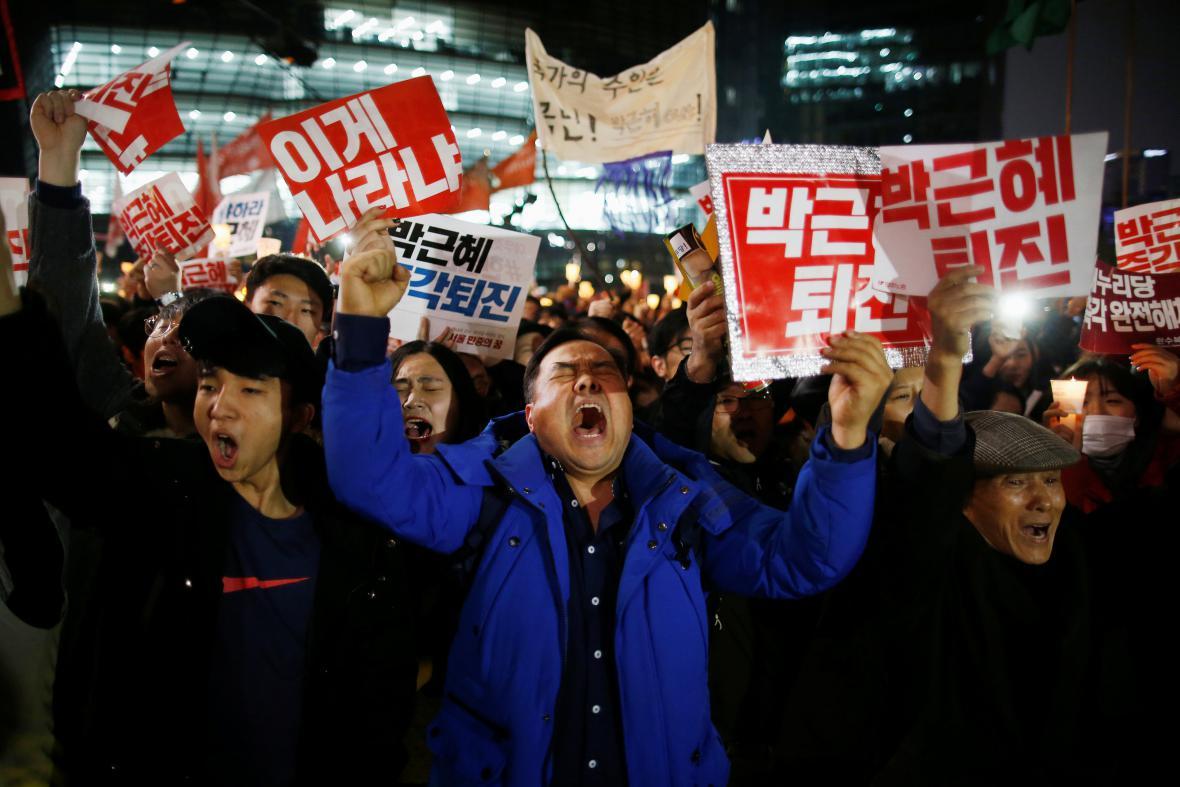 Korejci už měsíc žádají odstoupení prezidentky Pak Kun-hje