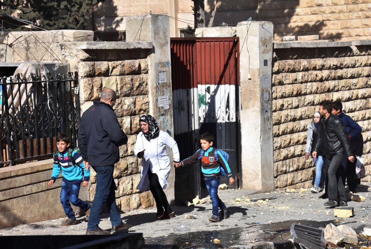 Evakuace dětí ze školy v Aleppu