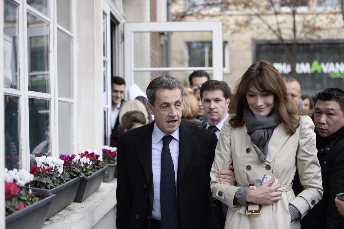 Sarkozyovi před volební místností v 16. pařížském okrsku